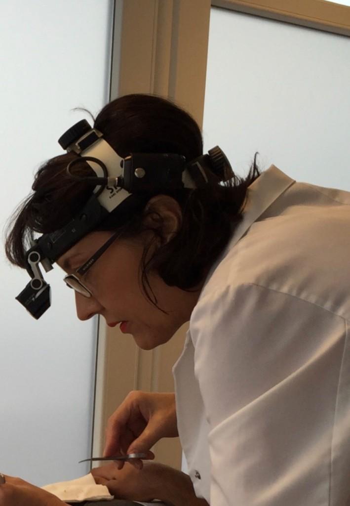 Dr Varga Klára plasztikai sebész munka közben 2015 10